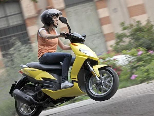 Кто ездит без прав на скутере