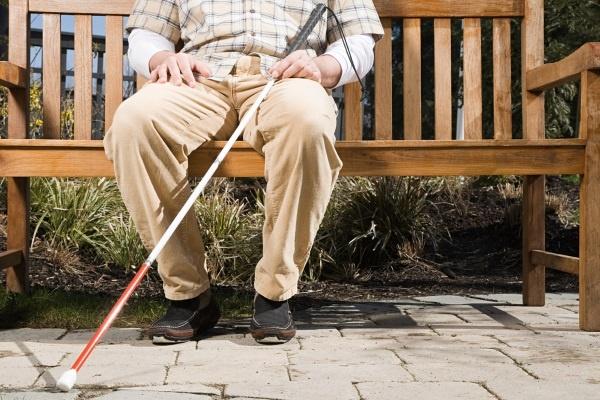 Слепой пожилой мужчина